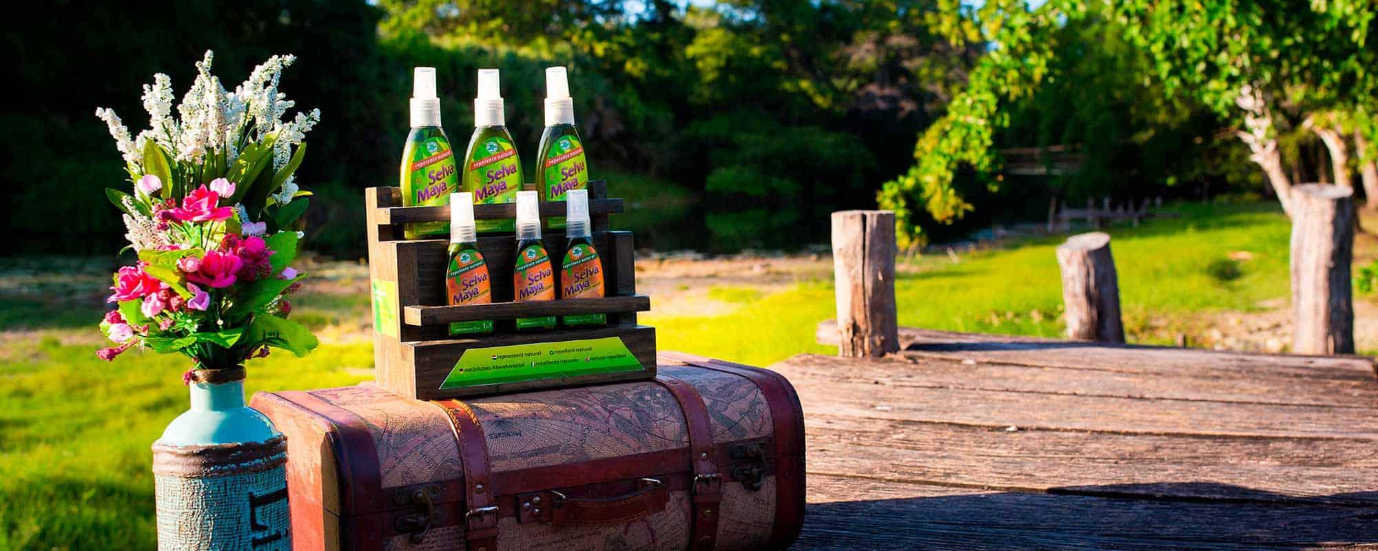 Varias botellas del Repelente Natural y Ecológico Selva Maya útil contra insectos y mosquitos