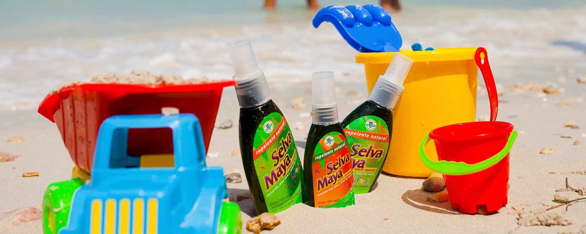 Botellas de Repelente Natural contra insectos y mosquitos Selva Maya en la arena de la playa